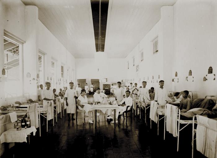 COLLECTIE_TROPENMUSEUM_Mannenzaal_in_de_Centrale_Burgerlijke_Ziekeninrichting_(CBZ)_te_Semarang_TMnr_60043828